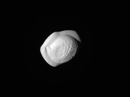 Аппарат «кассини» сфотографировал спутник сатурна пан