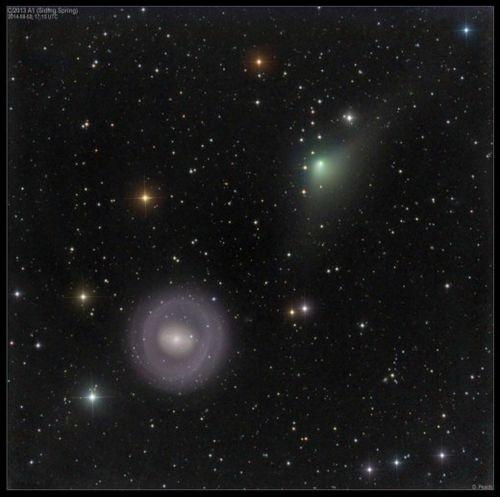 Фото кометы c/2013 a1, пролетающей мимо галактики кольцо