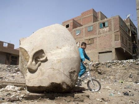 Фрагменты крупной статуи фараона найдены в каире