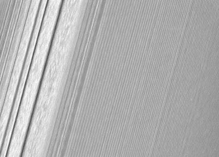 «Кассини» сделала детальные снимки колец сатурна