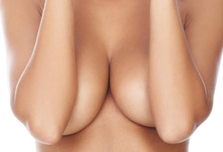 Любви мужчин к женской груди нашлось объяснение в нейрофизиологии
