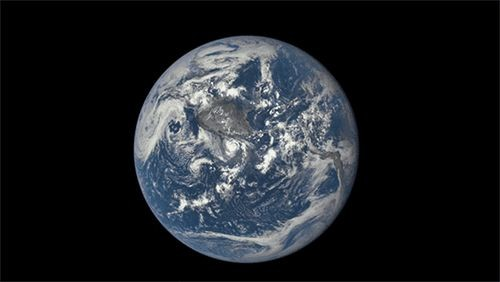 Наса показало обратную сторону луны на фоне земли