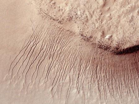 Nasa: расщелины на марсе сформировало замерзание диоксида углерода, а не потоки воды