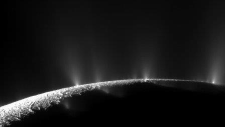 Океан энцелада прячется под неожиданно тонкой коркой льда