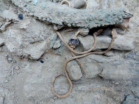 Погребение знатного воина найдено возле древнего пилоса