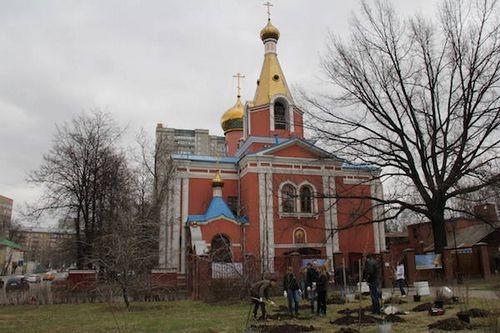 Сотрудники гк «финвал» высадили аллею из деревьев и кустарников на востоке москвы