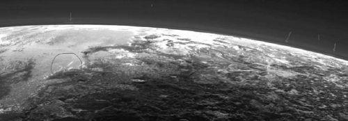 Ученые обнаружили облака на первых детальных снимках плутона