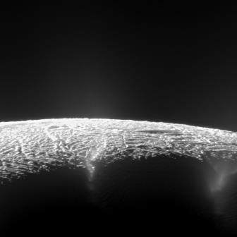Ученые раскрыли тайну рождения теплых гейзеров на энцеладе