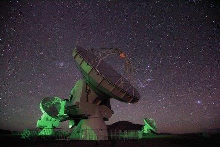 Ученые увидели магнитное поле, порождаемое «объедками» черной дыры