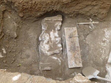В афинах нашли семейное надгробие эпохи платона