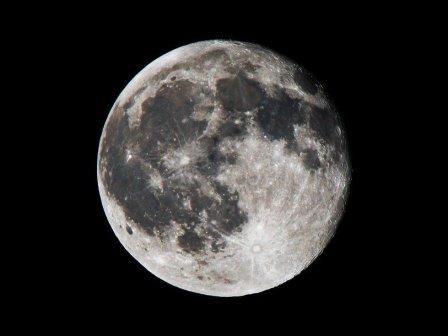 Возраст луны составляет четыре с половиной миллиарда лет