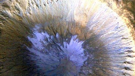 Зонд наса сфотографировал следы тающего льда в кратере на марсе